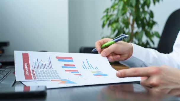 Investor, působící Andtrading s daty burzovní graf. Investice a finanční koncept