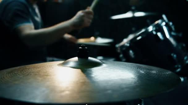 Dobos kéz játszó Doblemez a stúdióban. Bezárni