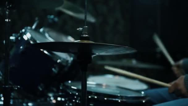Dobos Drumming a dobok. Bezárni