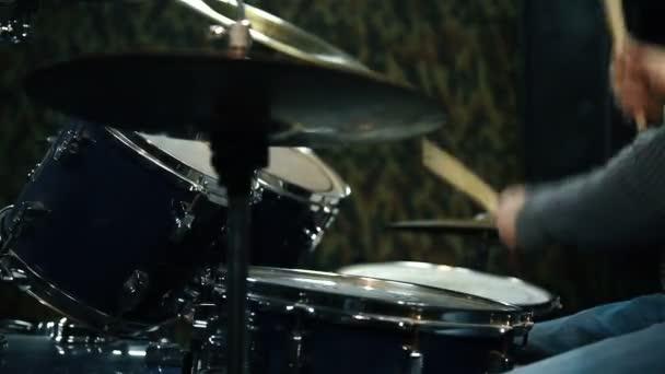 Zenész játék Drum set a stúdióban. Bezárni