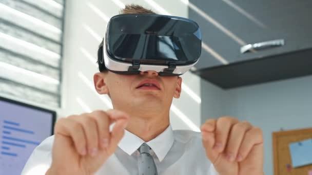 Jungunternehmer mit Virtual-Reality-Brille. Blick auf Aktiendiagramm und Bericht