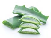 Fotografia Aloe o Aloe vera fresco foglie e fette su priorità bassa bianca