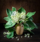 Photo Lily of the valley bouquet on the wooden table.