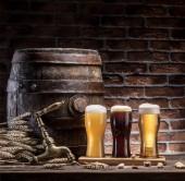 Pohár sört és sört hordó a fából készült asztal. Kézműves sörfőzde