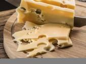 Fotografie Variací sýrů na dřevěném prkénku