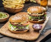 Hamburger und Pommes Frites auf dem Tablett aus Holz