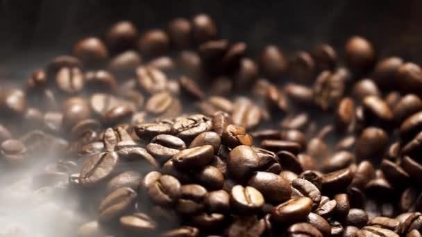 Duftende Kaffeebohnen werden in einer Pfanne geröstet, Rauch kommt aus Kaffeebohnen. Die ganze Komposition scrollt langsam um die Kamera.