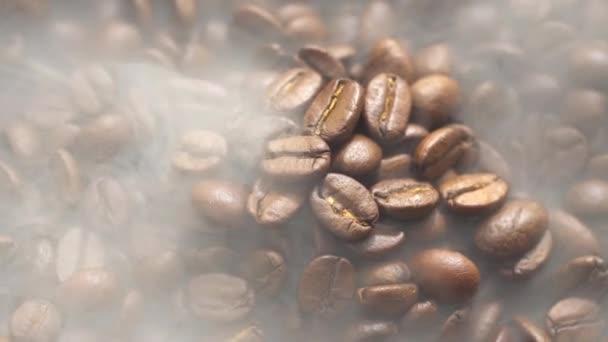 Vůně kávových zrn se pečou na pánvi, kouř z kávových zrn. Celá kompozice se pomalu točí kolem kamery.