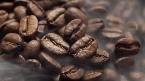 Voňavá káva fazole jsou pečené na pánvi, kouře pochází ze zrnkové kávy.