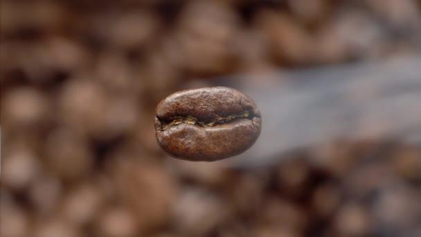 Létající makro coffee bean je vaření v páře. Makro snímek. Níže je pozadí rozmazané kávy.