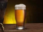 Chlazené sklenice piva na dřevěný stůl. Detail. Řemeslo pivovar