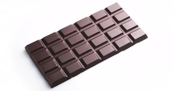 Celá čokoláda izolované na bílém pozadí, otáčí 360 stupňů ve směru hodinových ručiček.