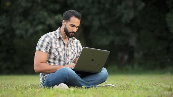 Muž pracuje v parku