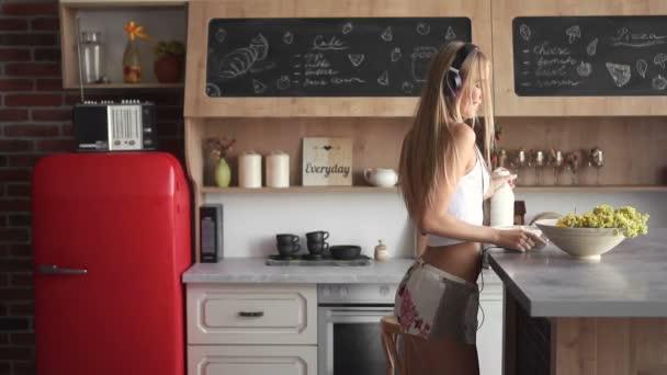 Lány-tánc, hogy a reggeli