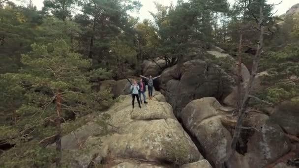 Reisende auf Felsen