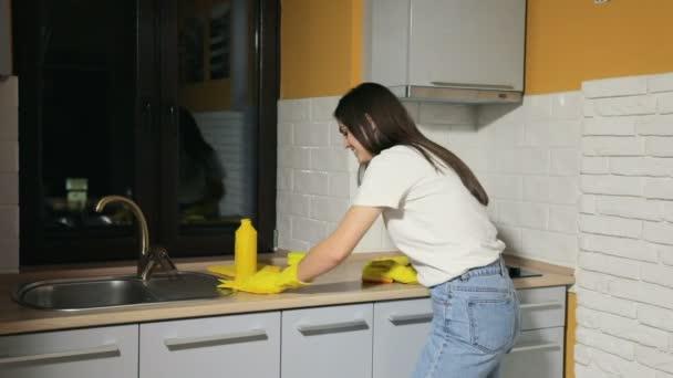 Mädchen putzt die Küche