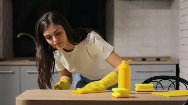 Hausfrau putzt Küchentisch