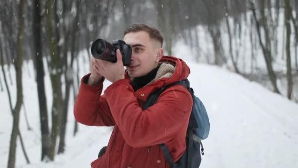 Fotograf fotografování v lese