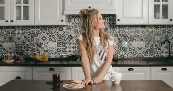 Boldog lány reggel kávét iszik