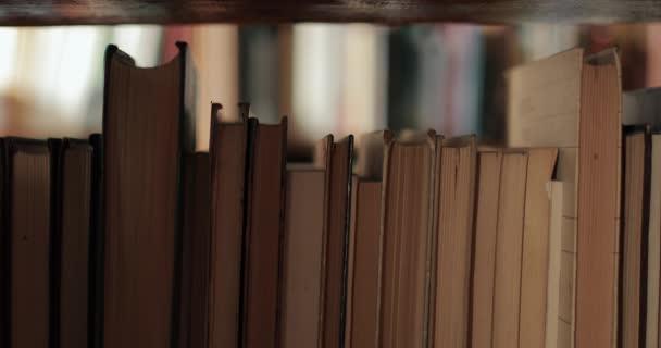 studentka výběr knih v knihovně