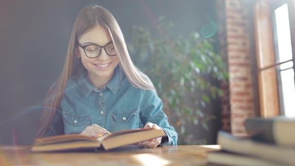 Elolvasta a könyvet, boldog fiatal diák