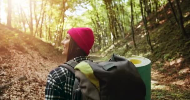 Backview nő hátizsák az erdőben
