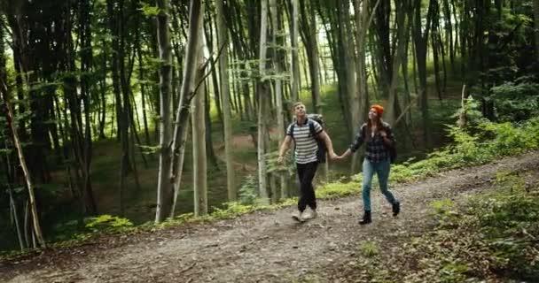 Pár batalených pěších v lese