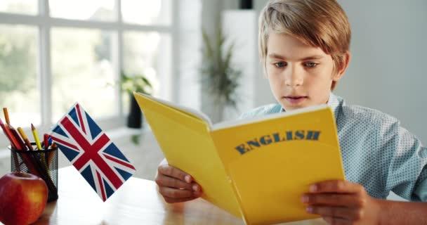 Chlapec studující angličtinu ve třídě