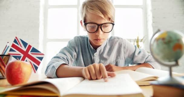 Smart Boy learning angol