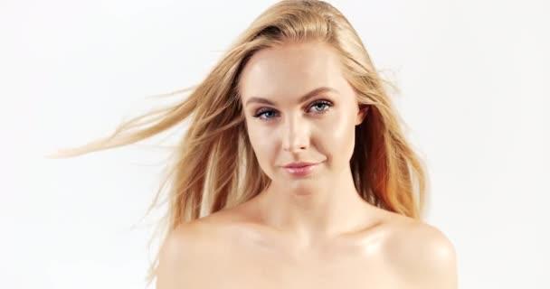 Blondýnka s úsměvem na větrné vlasy