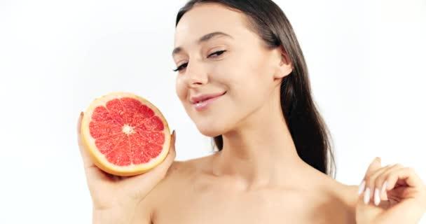 Frau mit Grapefruit isoliert auf weiß