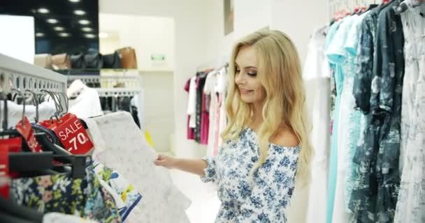 Frau, die Kleidung Verkauf