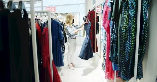 Žena s oblečenou před zrcadlem
