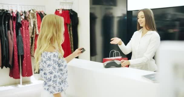 Platba kartou v obchodě s oděvy