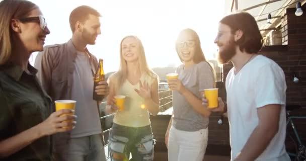 Skupina mladých lidí s úsměvem