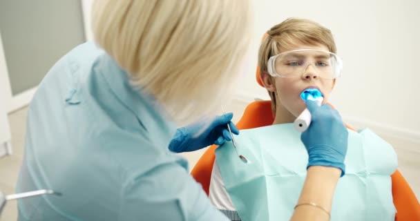 Zubař v brýlích