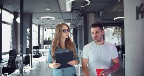Teamkollegen diskutieren kreative Ideen