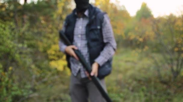 férfi félautomata sörétes puska az őszi erdő, figyelembe célja