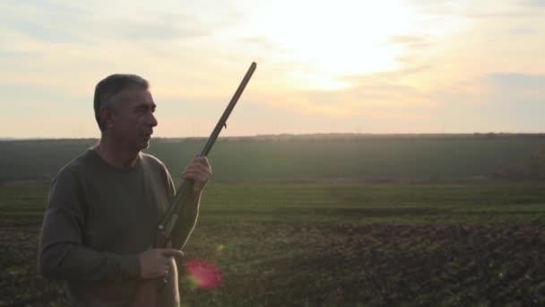 régi dupla csövű vadászpuska férfi vadászat, és figyelembe célja