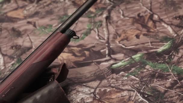 shotgun, kés vadász, patronok és töltényfüzért álcázás háttér