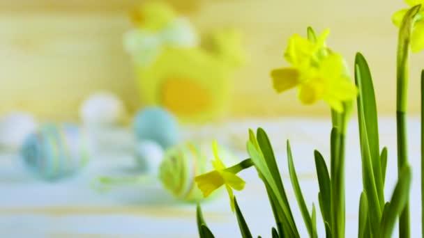 Kellemes Húsvéti Ünnepeket; Húsvéti tojás és a Húsvét nyuszi a blue asztal háttere