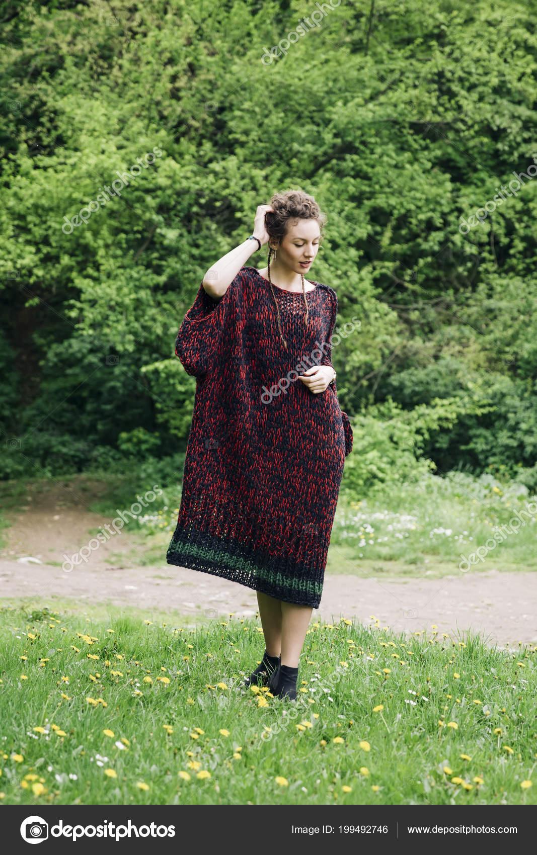 Großartig Moderne Pullover Dekoration Von Junge Frau Trägt Und Posiert Park —