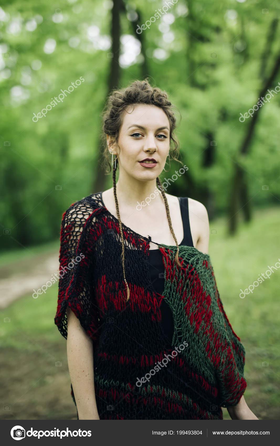 Unglaublich Moderne Pullover Das Beste Von Junge Frau Trägt Und Posiert Park —