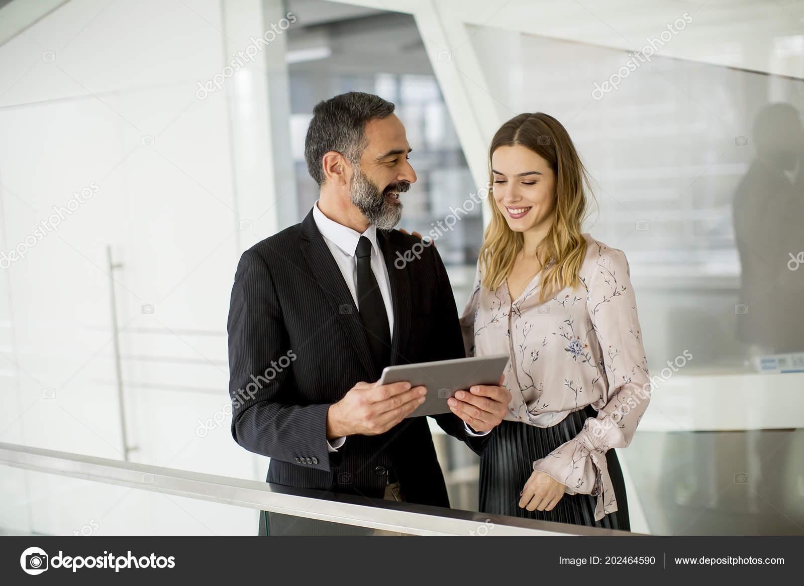 Homme affaires jeune femme affaires regardent sur tablette numérique
