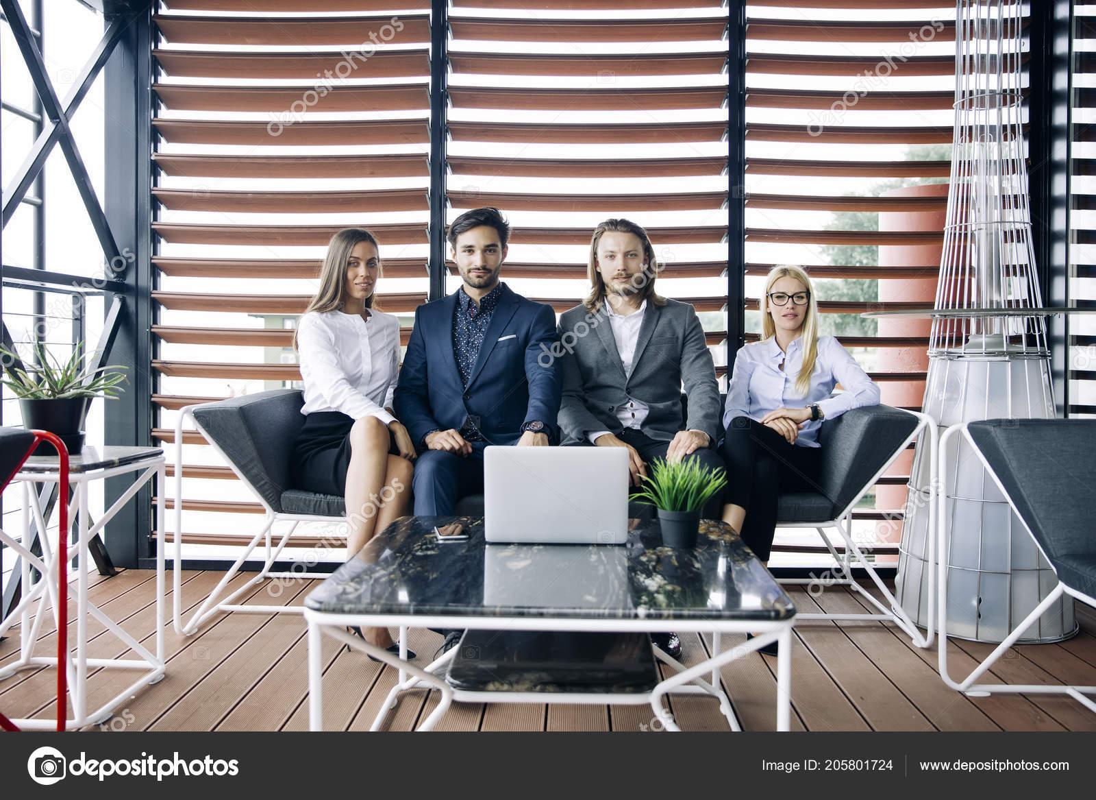 Groupe jeunes gens dans les bureaux modernes ont Équipe rencontre