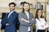 Portrét přátelské podnikatelé v oblecích stojí v kanceláři