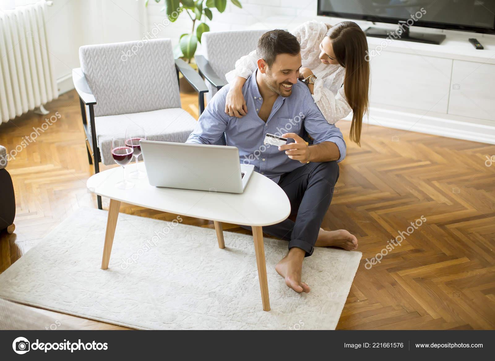 2f7118da26 Casal Alegre Pesquisar Internet Compras Line Sala Estar Casa — Fotografia  de Stock