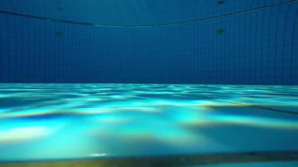 89be967734 La visión bajo el agua de una piscina — Vídeo de stock ...