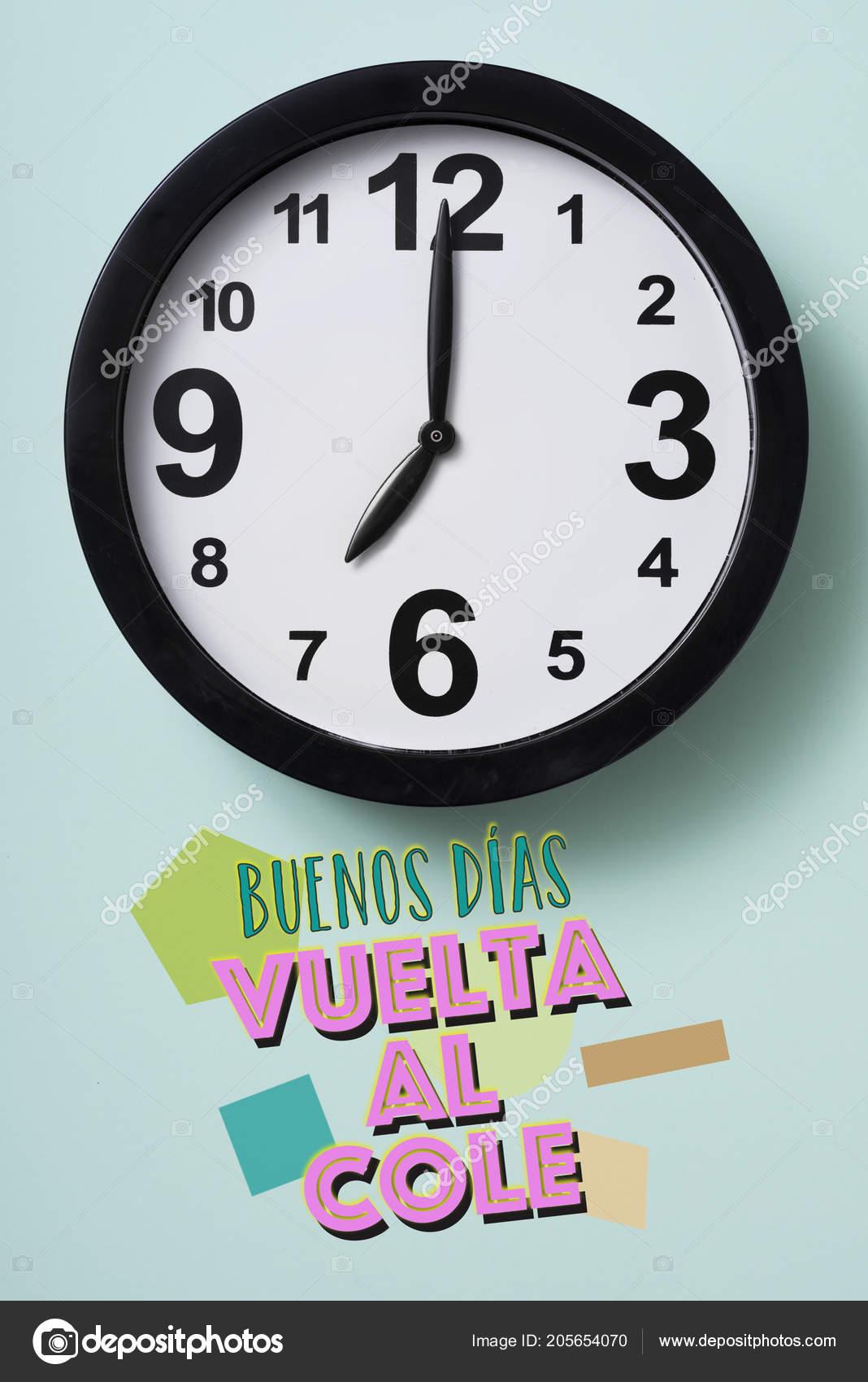 Closeup Relógio Texto Bom Dia Volta Escola Escrita Espanhol