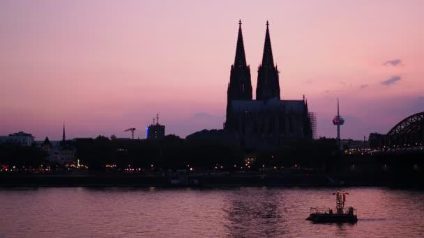 Skyline der gotischen Domkirche bei Sonnenuntergang in Köln